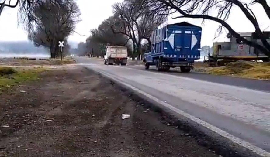Video: tren se lleva a camión que quiso ganarle el paso en Veracruz