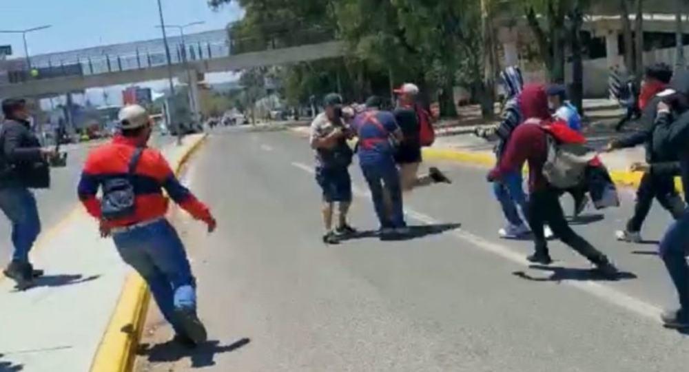 VIDEO: Normalistas golpean a periodistas que cubrían bloqueo frente al IEEPO