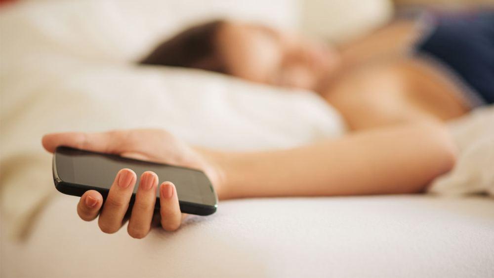 Las peligrosas consecuencias de dormir cerca de tu celular, desde insomnio hasta ¿cáncer?