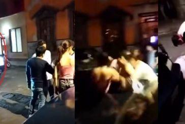 Video: Camioneta arrolla a jóvenes afuera de un bar en San Luis Potosí